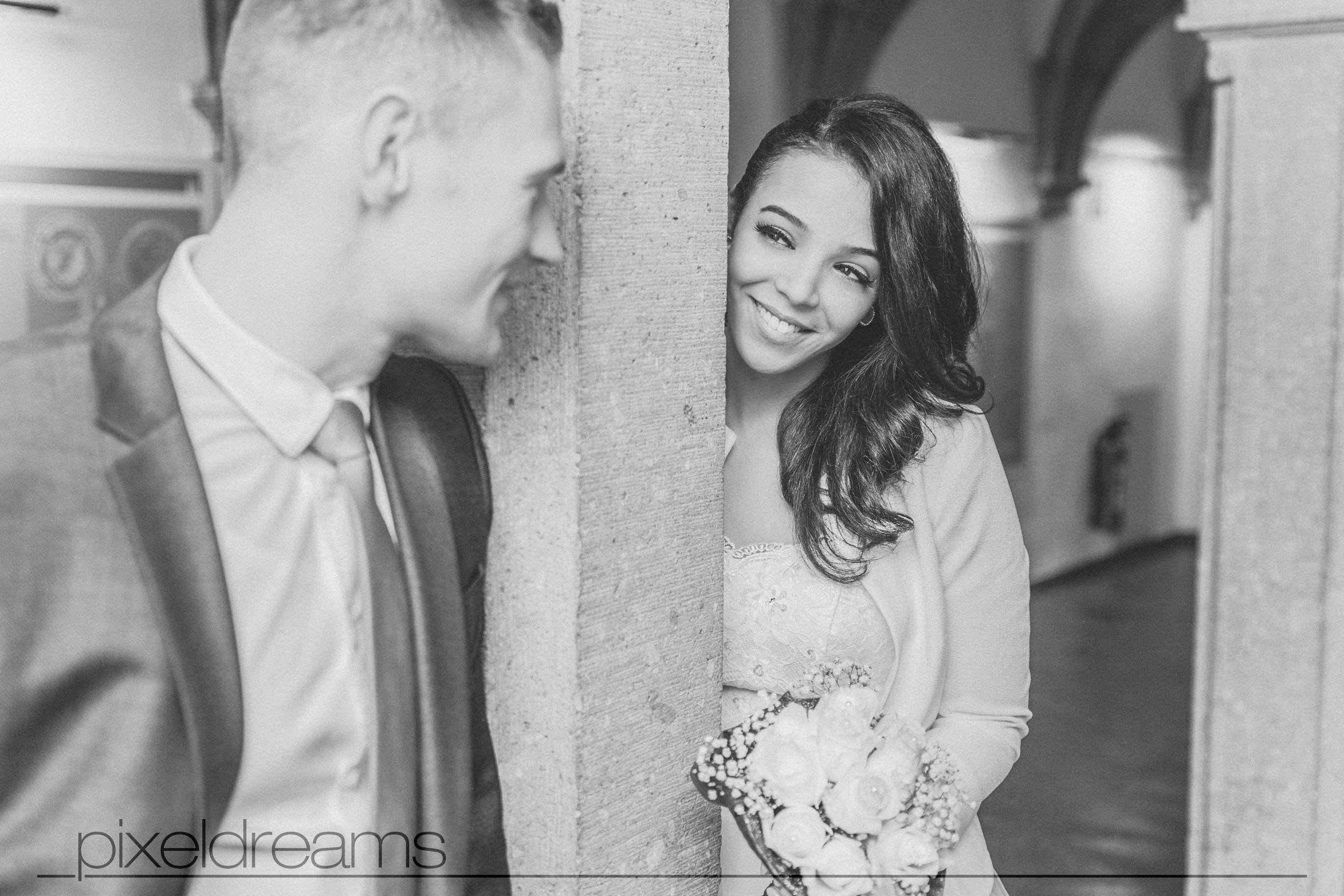 Braut und Bräutigam schauen sich in die Augen, Hochzeitsfotos am historischen Rathaus Köln