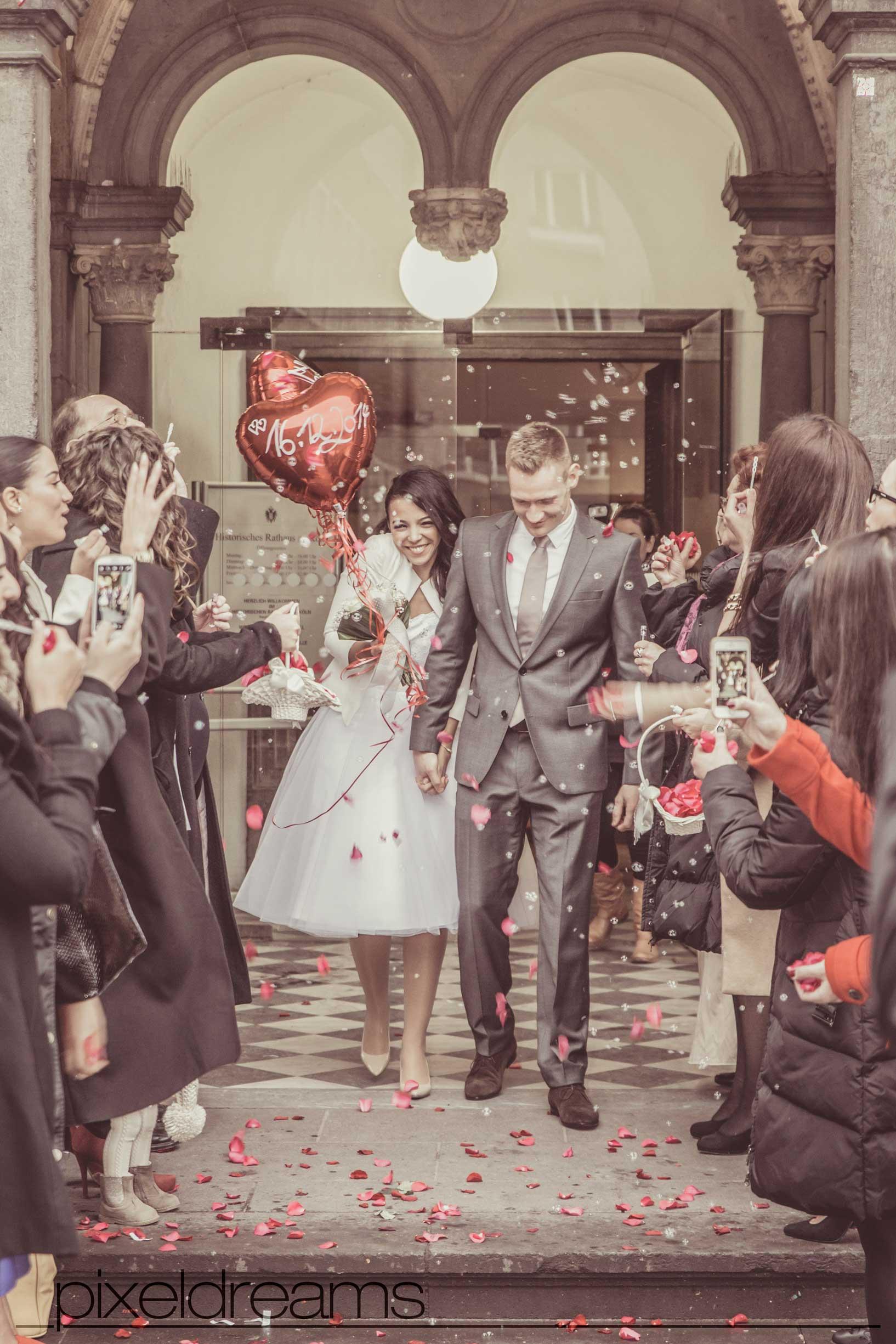 Standesamtshooting, eine Standesamtliche Trauung in Köln am historischen Rathaus in Köln, Pixeldreams Hochzeitsfotografie Köln