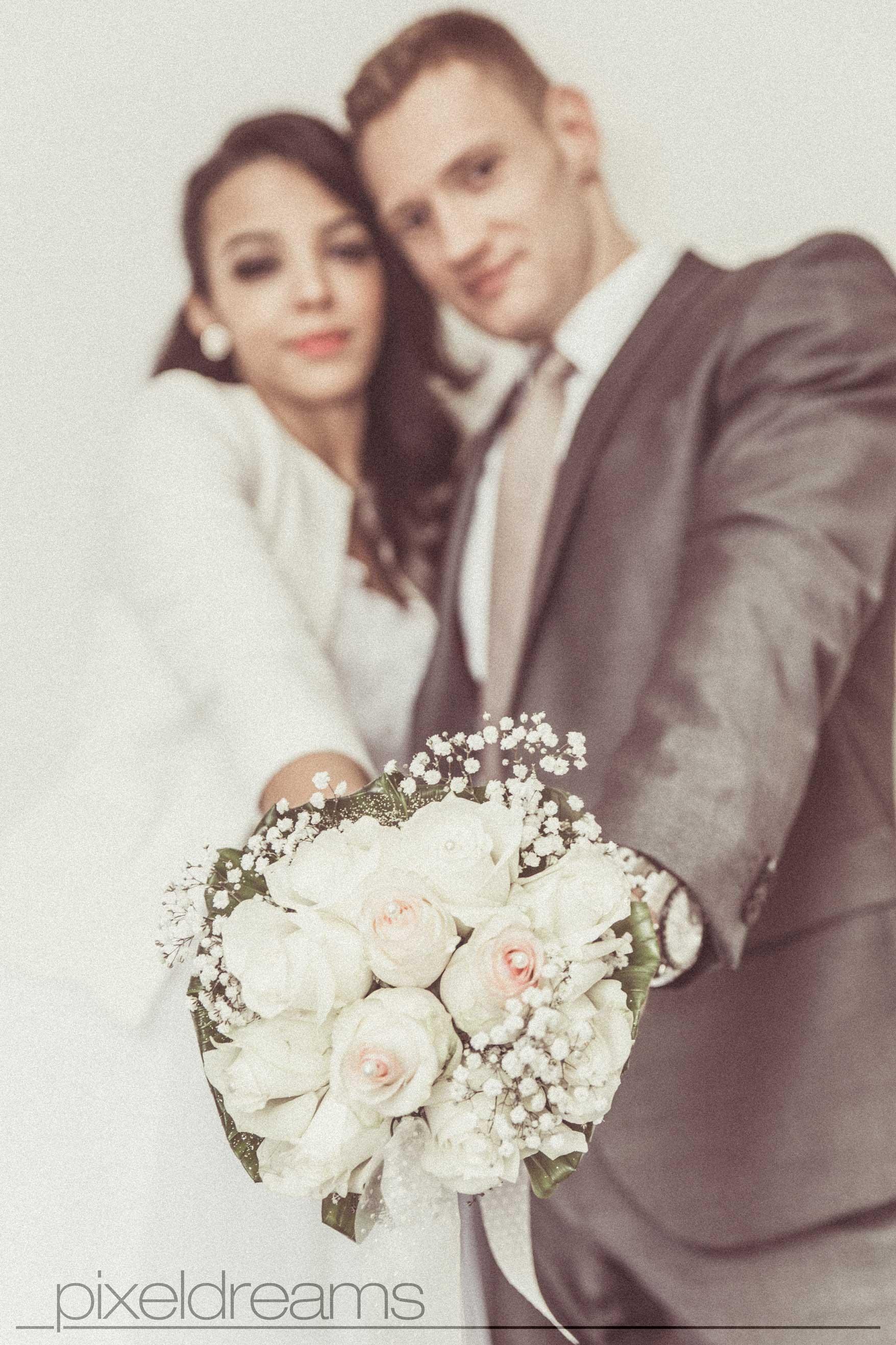 Standesamt Fotograf Braut und Bräutigam mit Brautstrauß, Hochzeitsfotografen aus Köln