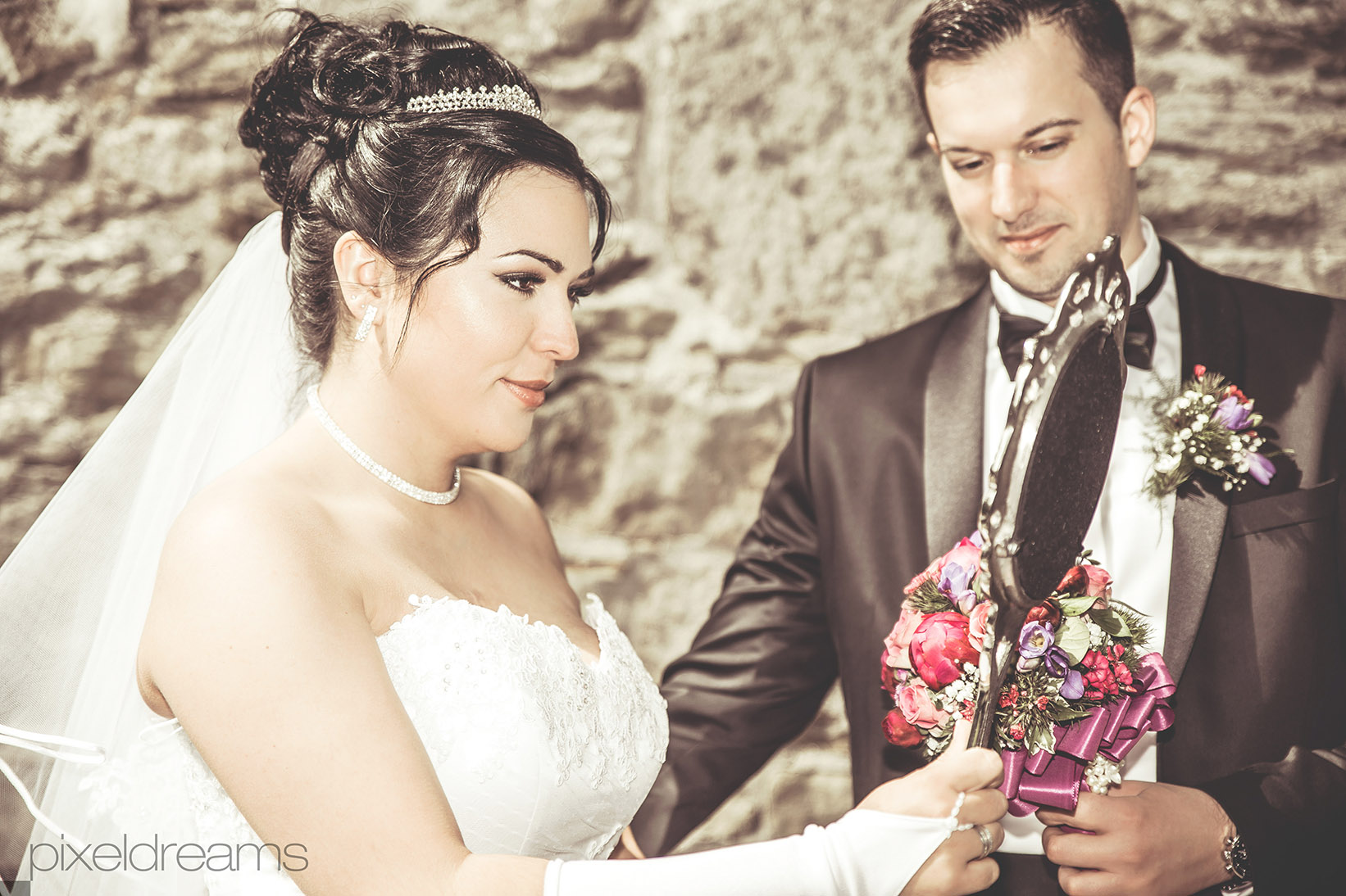 Braut-Braeutigam-Brautstrauss-Spiegel-Viktorianisch-Barrock-Schloss-Rustikal-Pose-Posing-Ehepaar-Fotograf-Fotografie-Hochzeitsvideoreportage-Hochzeitsfotoreportage