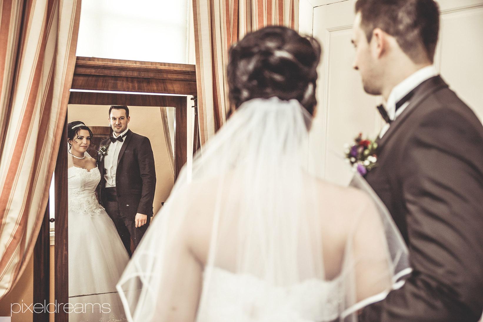 Braut-Braeutigam-Schleier-Vintage-Retro-Schloss-Spiegel--Hochzeitsreportage-Hochzeitsfotograf-Hochzeitsvideograf