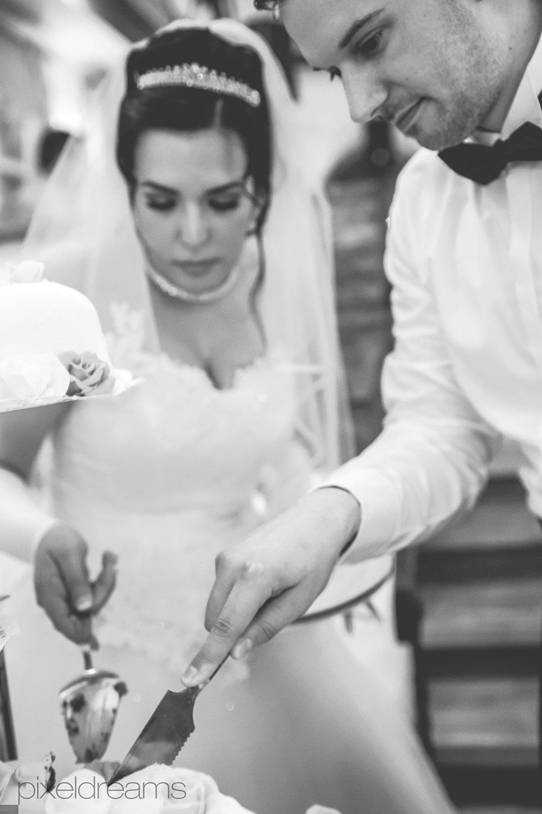 Hochzeitstorte-Hochzeitsfotoreportage-Hochzeitskuchen-Braut-Braeutigam-romantisch-Torte-Hochzeitsfeier-Fotograf-Fotografie
