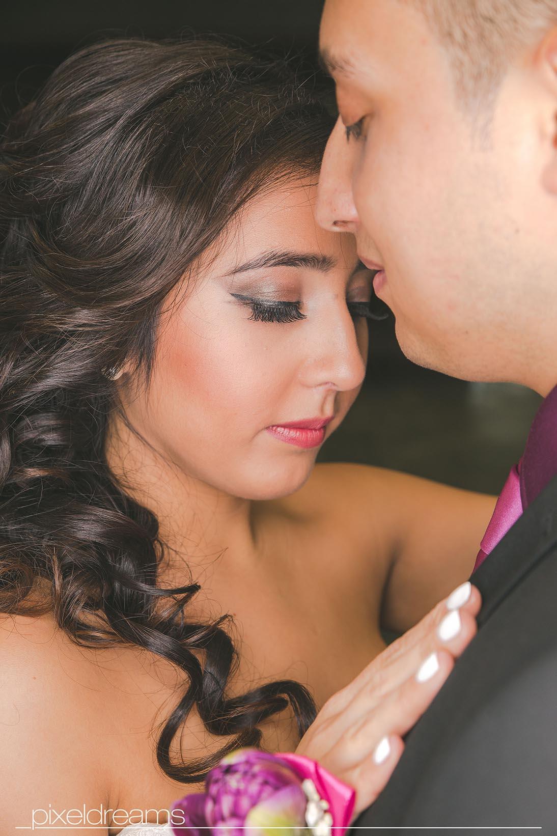 eine romantische pose mit dem Brautpaar - Hochzeitsfotos wurden durch pixeldreams im historischen Rathaus gemacht