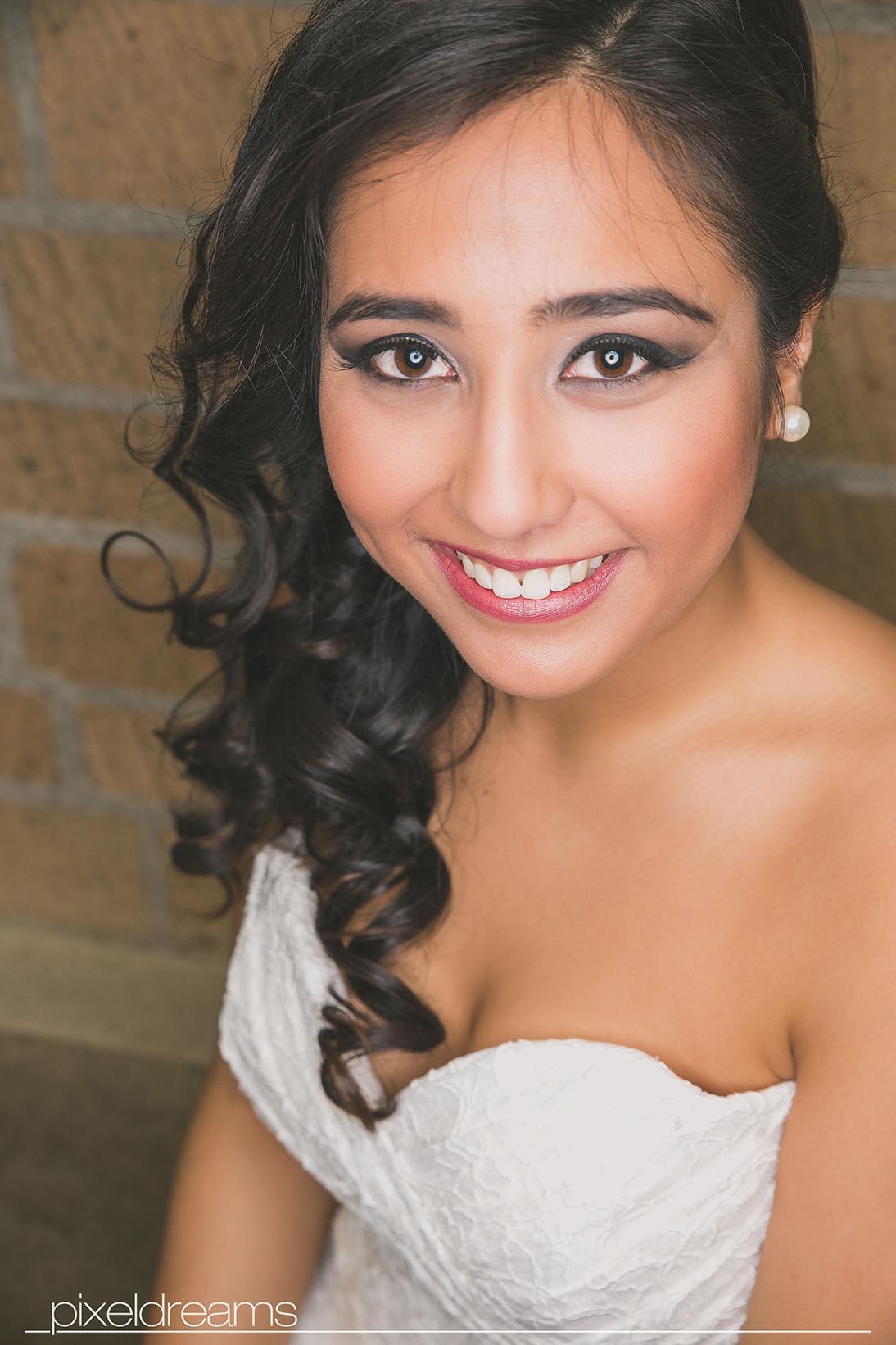 Ein tolles Braut make-up, Hochzeitsfotograf Pixeldreams in Köln portraitiert Tina die Thailändische Braut