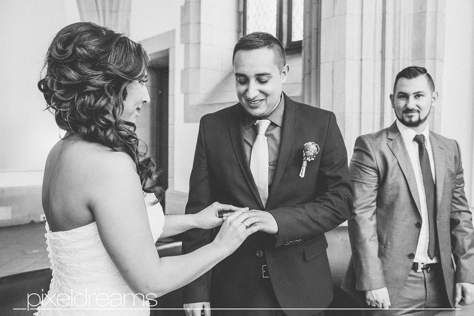 Ringtausch - Braut steckt Bräutigam den Ehering auf - Shooting in der Rentkammer am Historischen Rathaus- hochzeitsfotos
