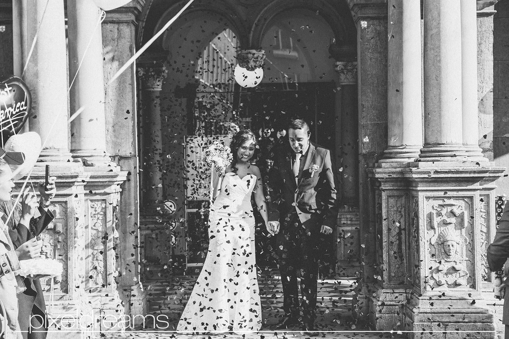 Braut und Bräutigam werden herzlich von den Gästen durch Rosenkanonen/ Konfetti/ Rosenregen/ Rosenblätter empfangen.