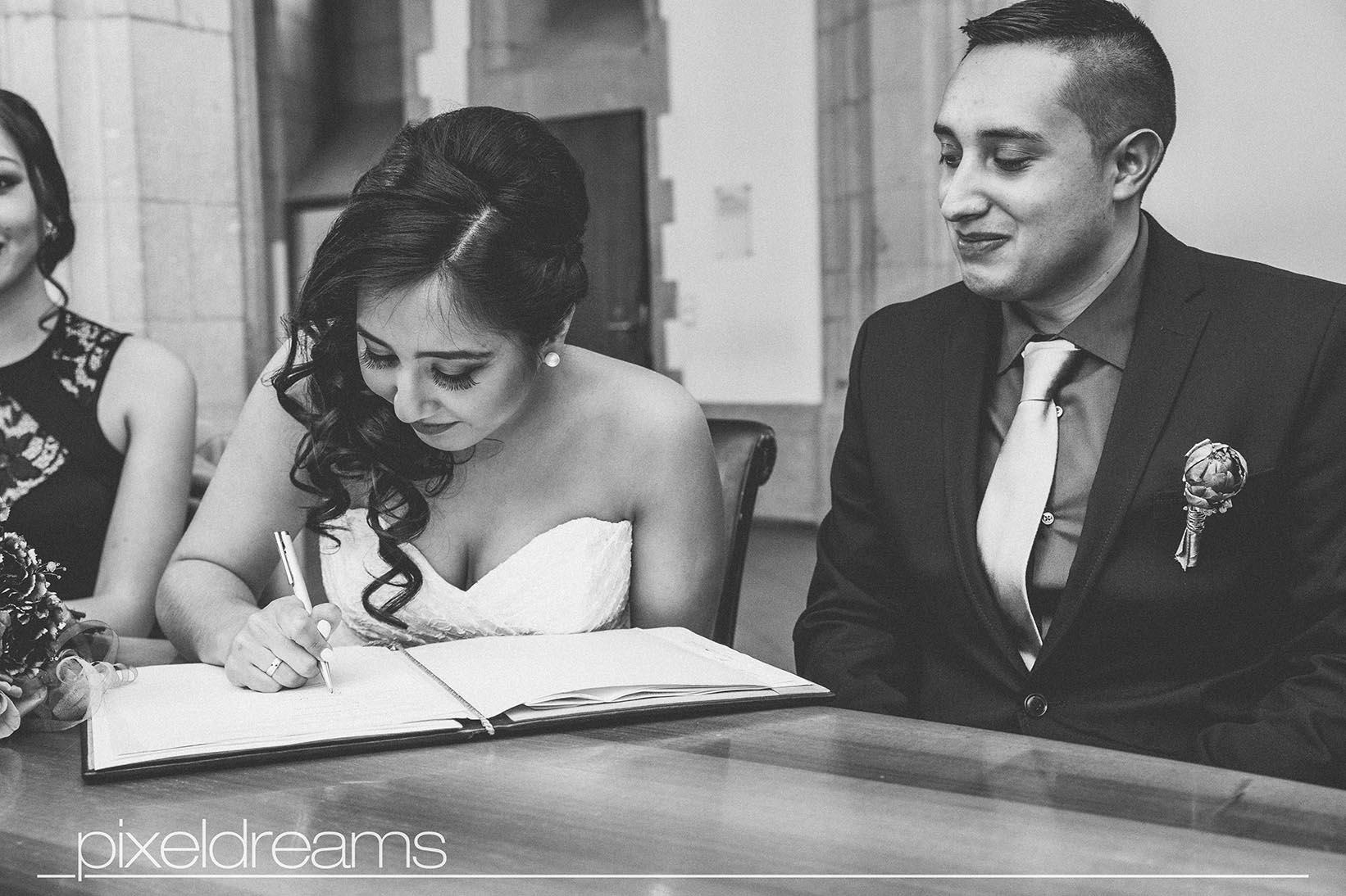 Ehebucheintrag durch Unterschrift der Braut im Standesamt
