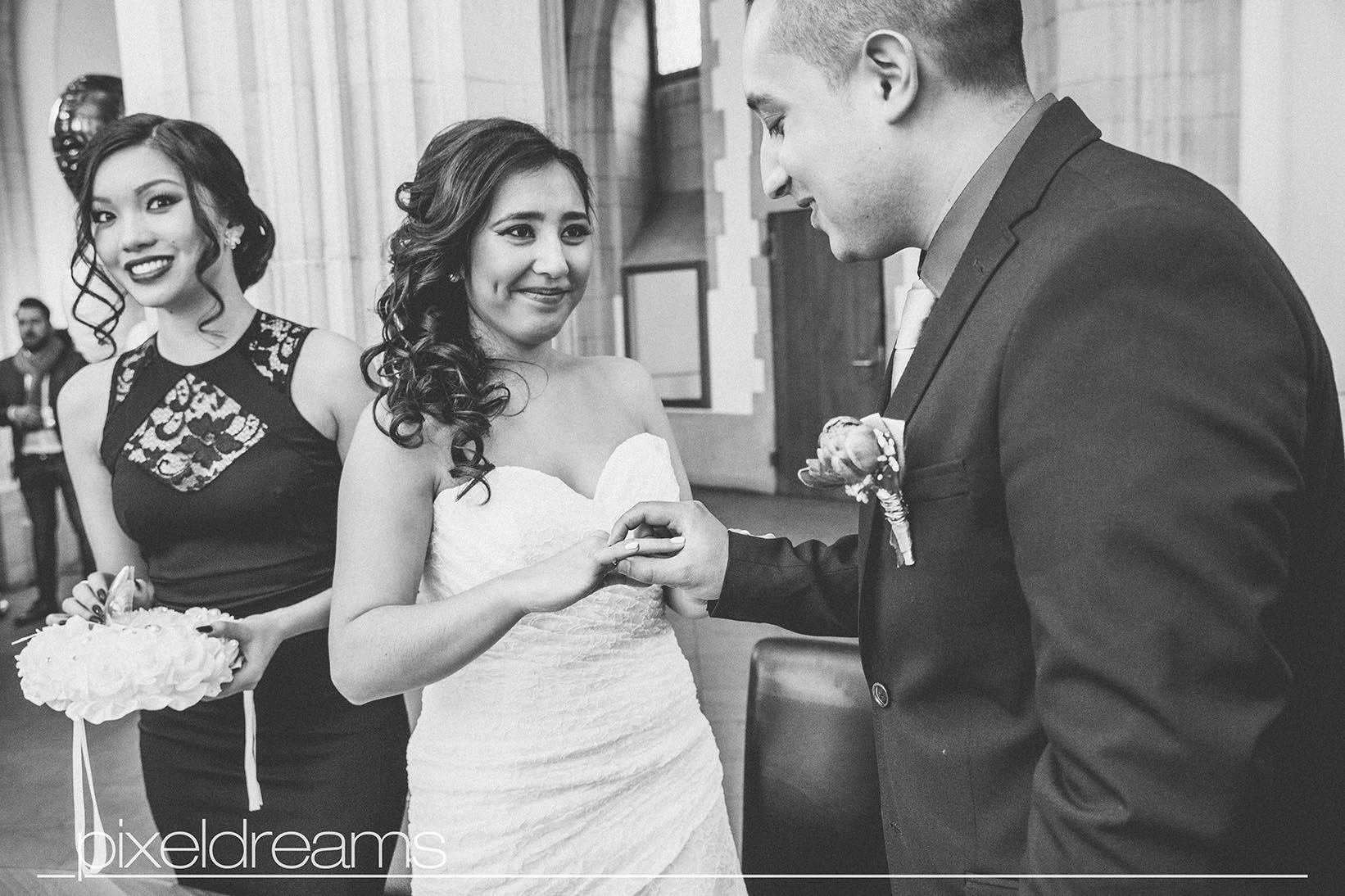 Ringtausch, Bräutigam steckt der Braut den Ehering auf - ein zauberhafter moment