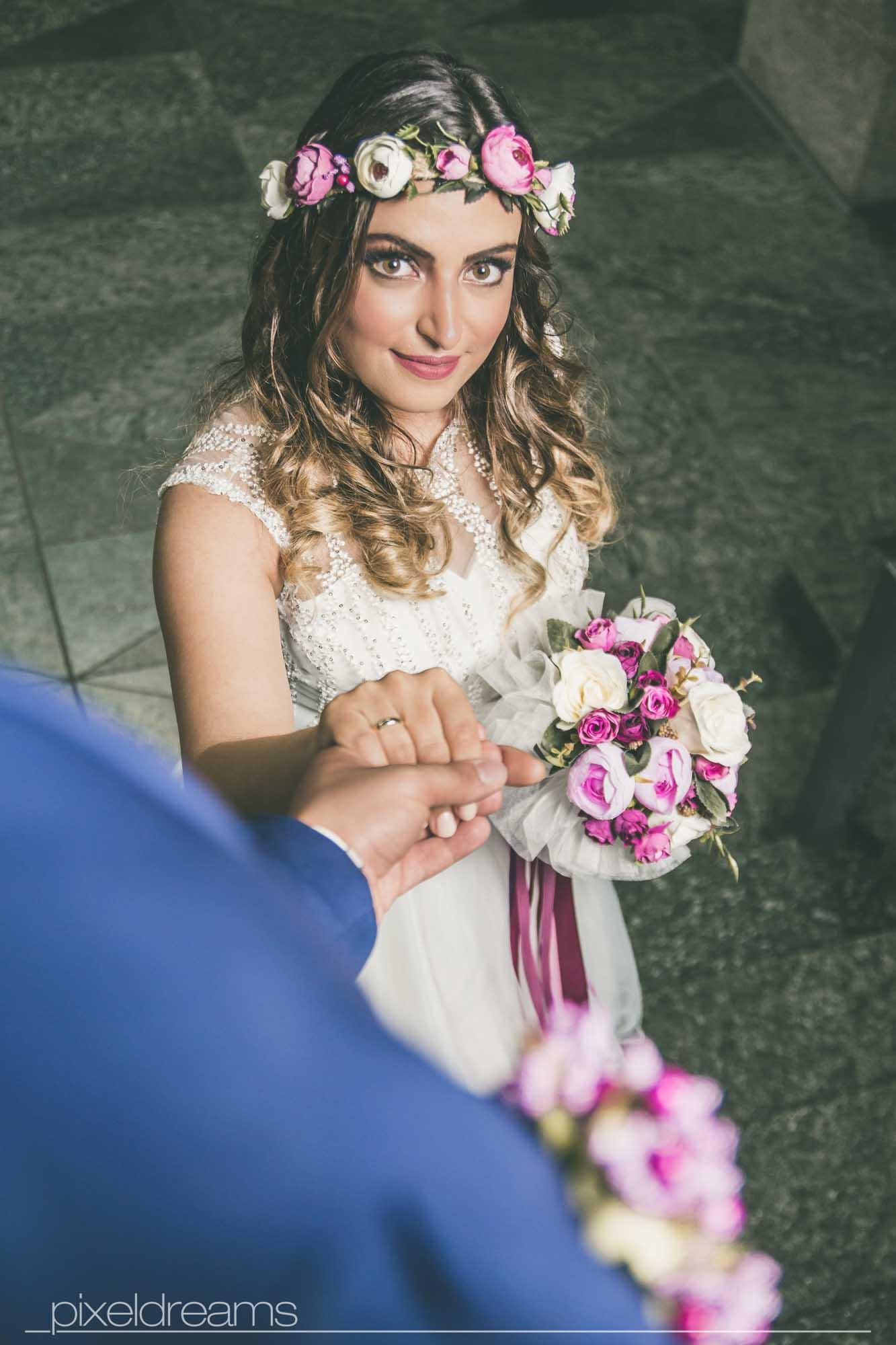 braut und bräutigam geben sich die hand