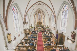 St. Antonius Kirche in Swisttal. Hochzeitsfoto vom Hochzeitsfotografen Pixeldreams, der Kirche aus der Vogelperspektive während der kirchlichen Trauung