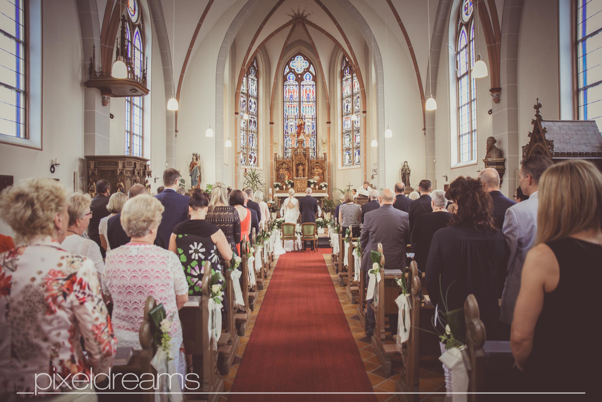 Hochzeitsfotograf Pixeldreams macht Hochzeitsfotos vom brautpaar in der St. Antonius Kirche in Swisttal.