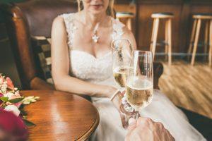Braut und Bräutigam stoßen mit Sekt an. Hochzeitsfotograf und Hochzeitsfotos in Swisttal