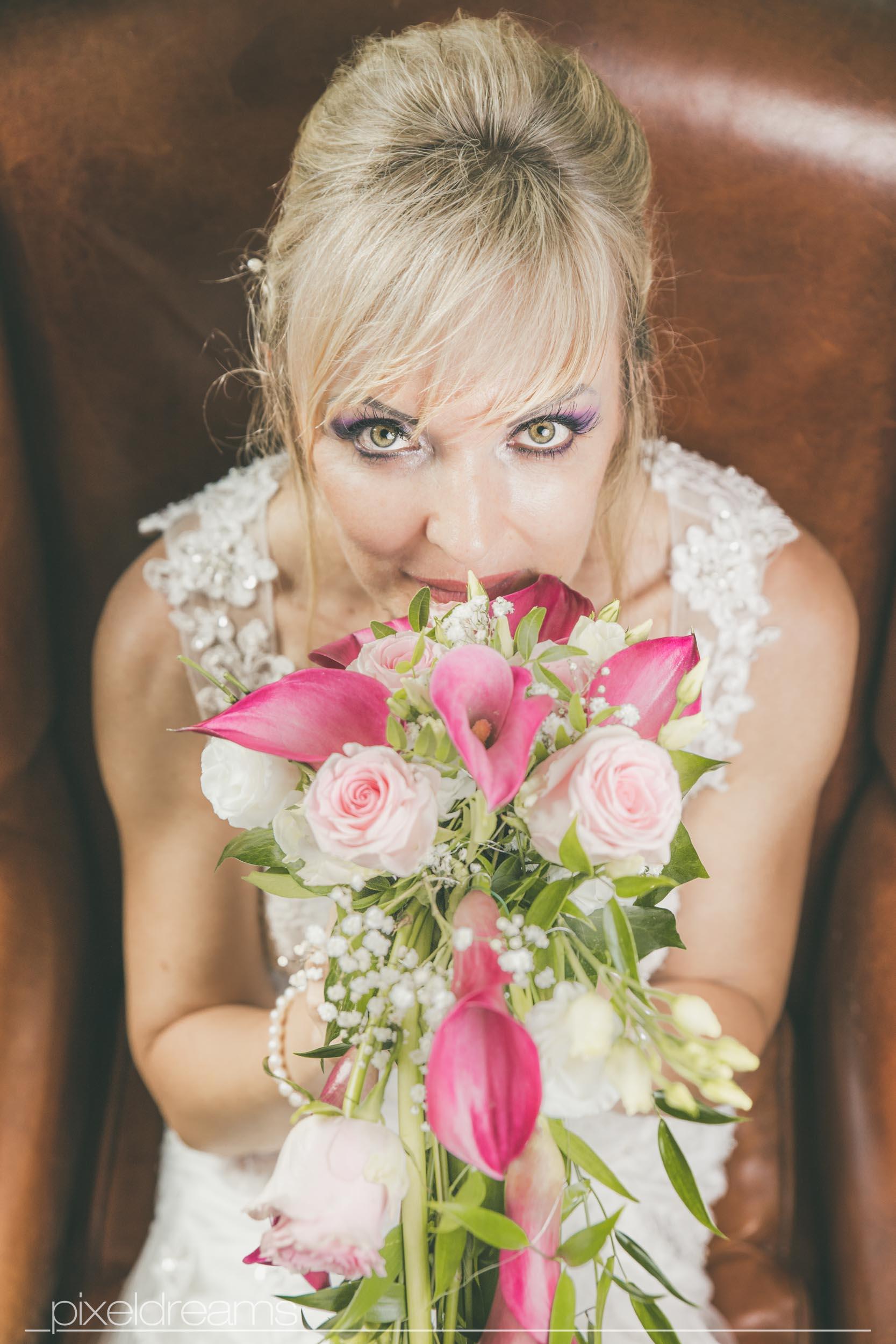 Braut riecht an ihrem Brautstrauß - aus der vogelperspektive Fotografiert - Hochzeitsfotograf Swisttal