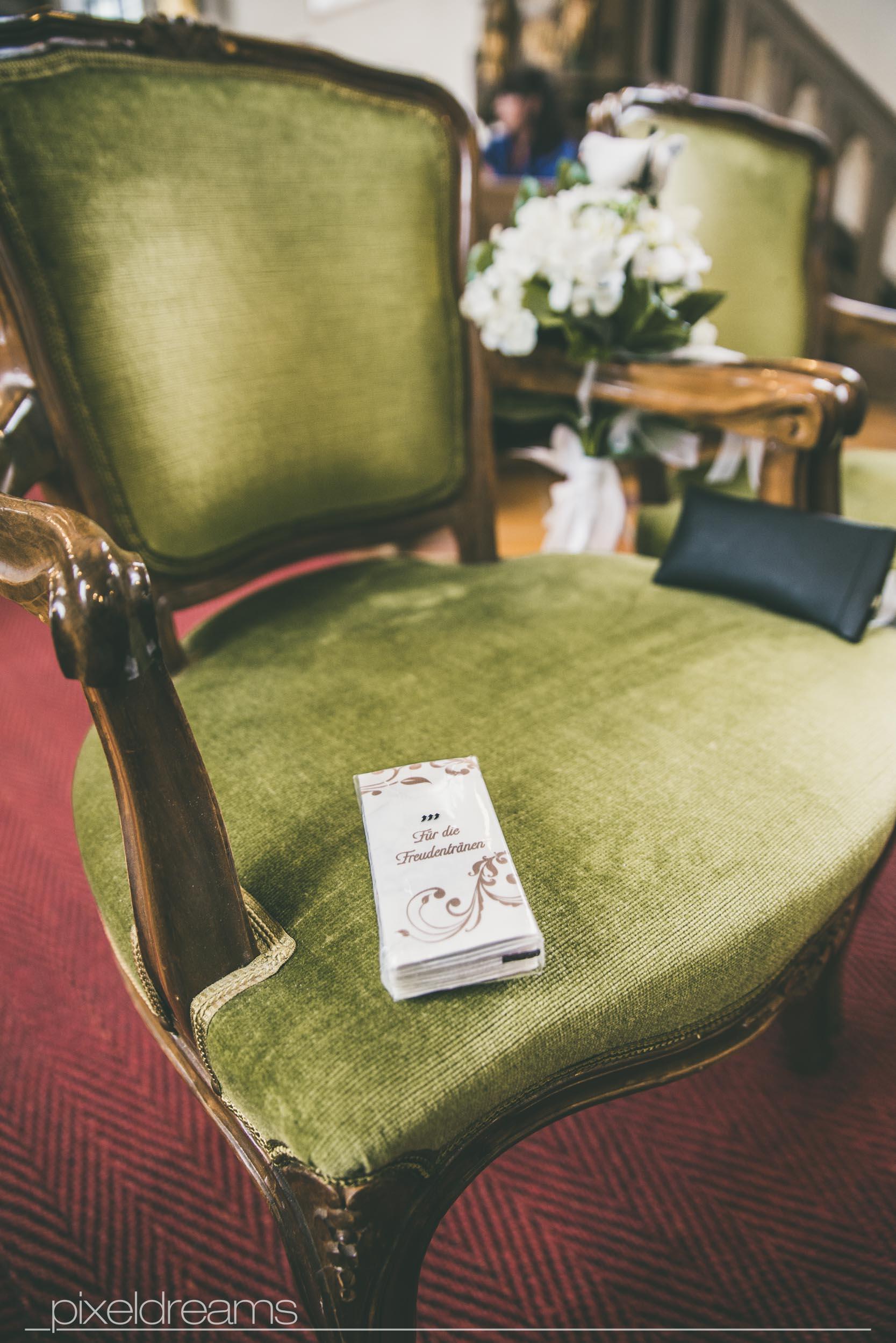 Taschentücher für Freudentränen bei der Hochzeit. Hochzeitsfotograf in Swisttal - St. Antonius Kirche - Pixeldreams