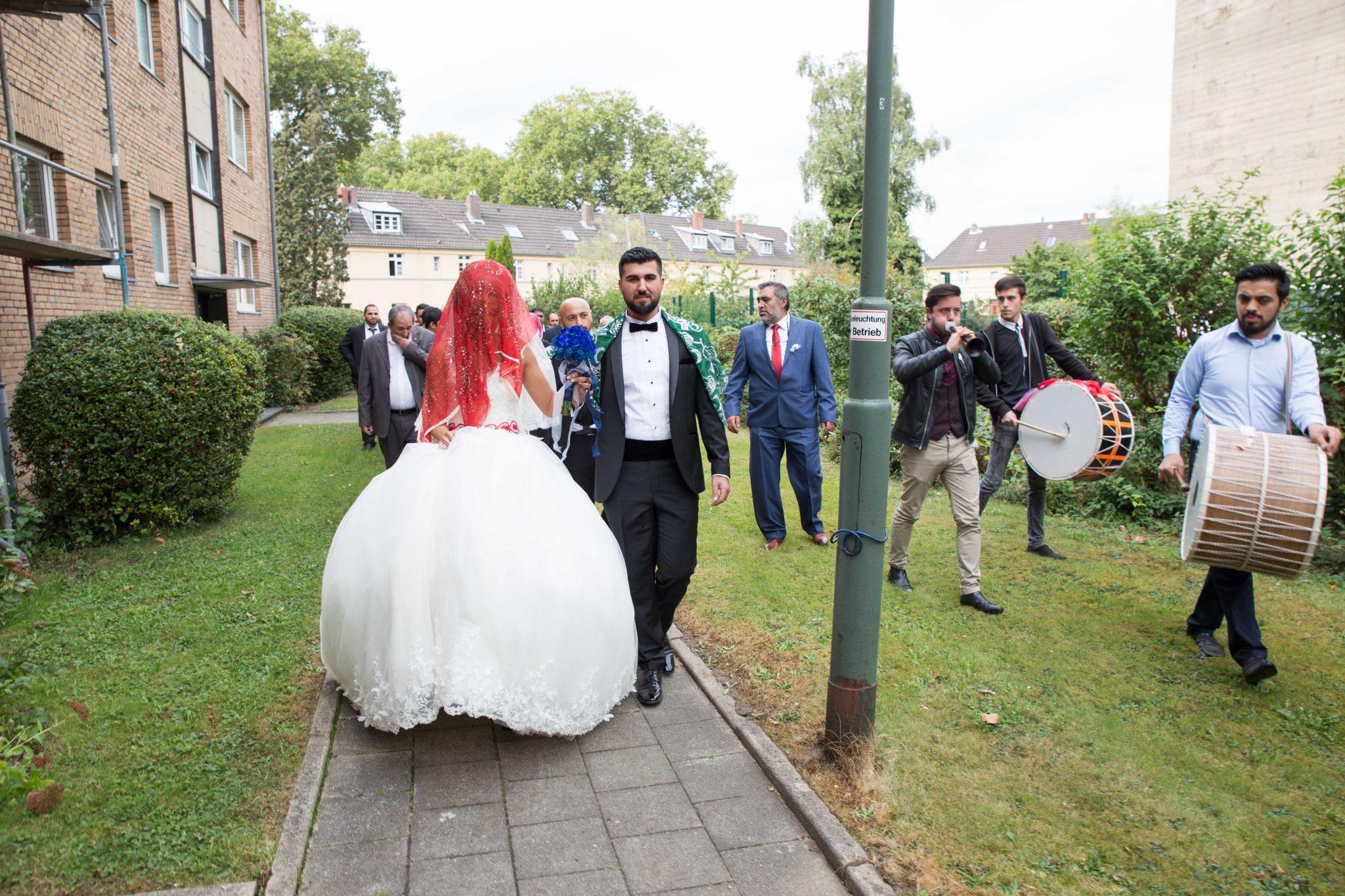 türkischer fotograf hochzeitsfotograf fotografiert braut und bräutigam bei der brautabholung- gelin damat gelin evi kiz evi kiz cikarma dügün fotografcisi