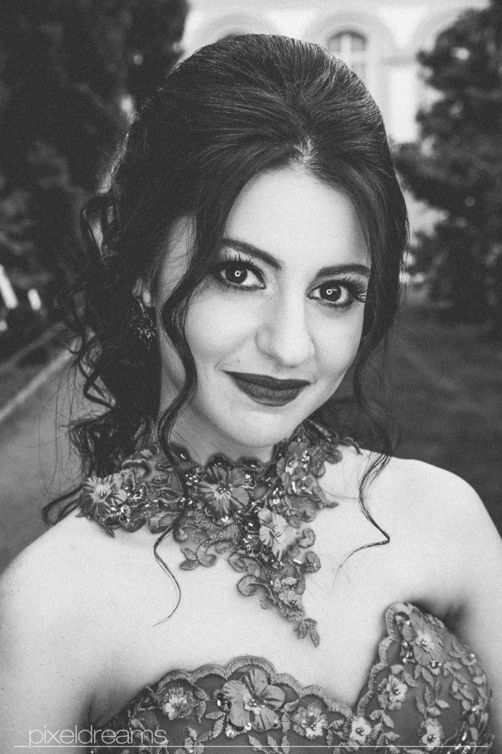 Henna Fotos, Kına Resimleri – Portraitaufnahme mit Makroring/ Roundflash von der Braut in Schwarzweiß bearbeitet.