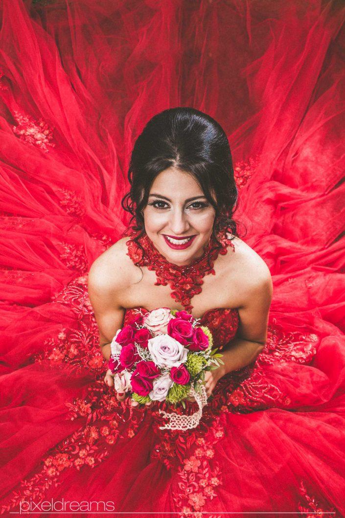 Henna Fotos, Kına Resimleri – Braut mit Blumenstrauß/ Brautstrauß im Hennakleid, rotem Ballkleid aus der Vogelperspektive fotografiert. Entfesselt geblitzt mit einer Softbox. Rotes Ballkleid kommt schön zur Geltung