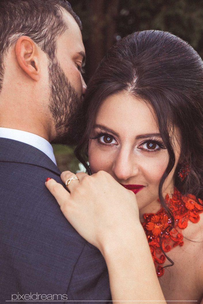 Henna Fotos, Kına Resimleri – Braut im Henna Kleid Kına Elbise mit wunderschönder Brautfrisur umarmt Bräutigan. Portrait mit Makroring Roundflash. Braut Make Up kommt wunderbar zur Geltung