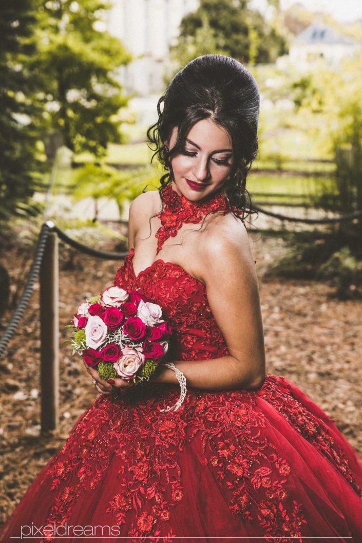 Henna Fotos, Kına Resimleri – von der wunderschönen Braut mit Brautstrauß aus seitlicher Perspektive. Hochzeitsfotograf im botanischen Garten Bonn