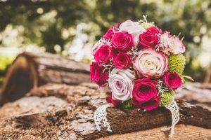 Brautstrauss auf Baumstumpf Rosen im Japanischen Garten Leverkusen1