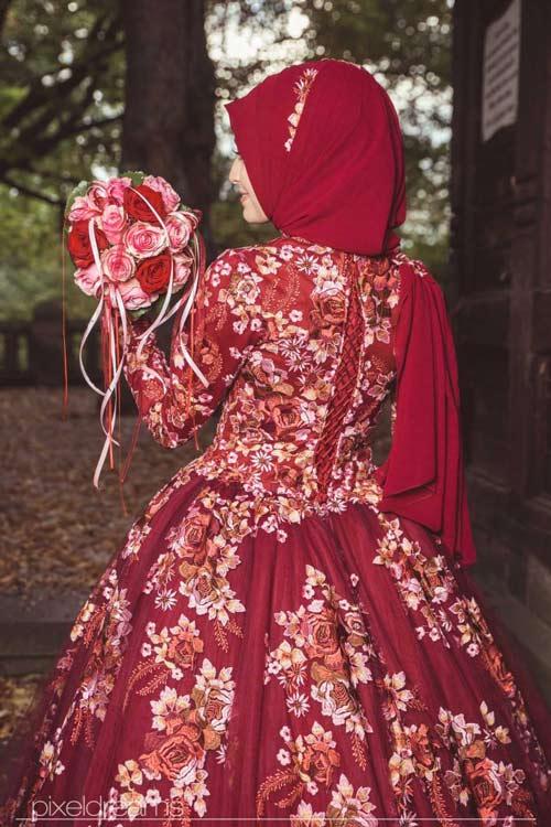 türkische Braut im Henna-Kleid und Brautstrauß