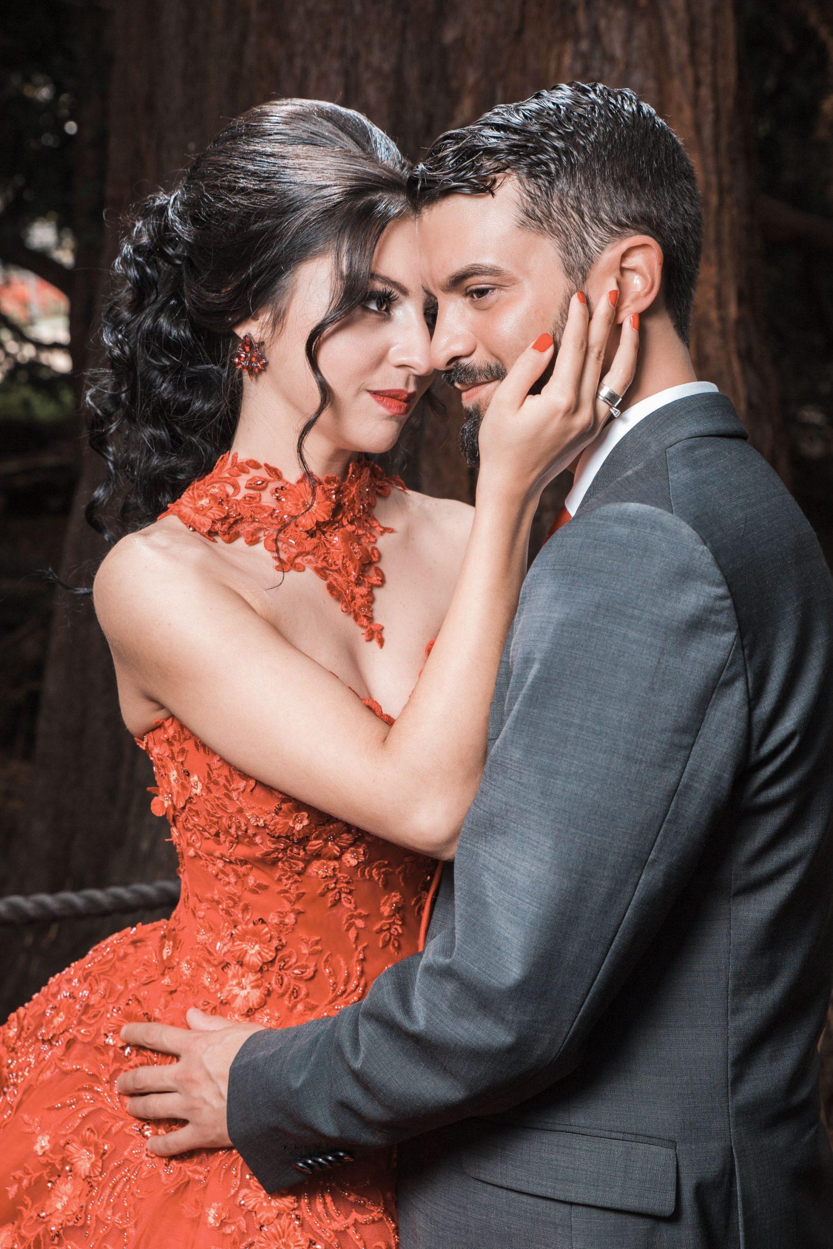 Hochzeitsfoto eines türkischen Brautpaares Vom Tag vor der Hochzeit. Henna Shooting Im japanischen Garten Leverkusen. Die Braut trägt ihr rotes Hennakleid