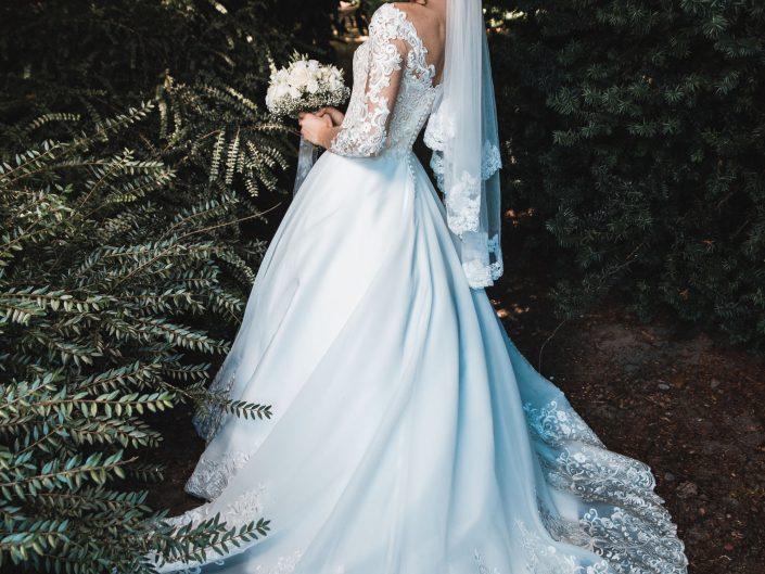 Hochzeitsbild der Braut von hinten. Entstehungsort des Hochzeitsfotos japanischer Garten Leverkusen.