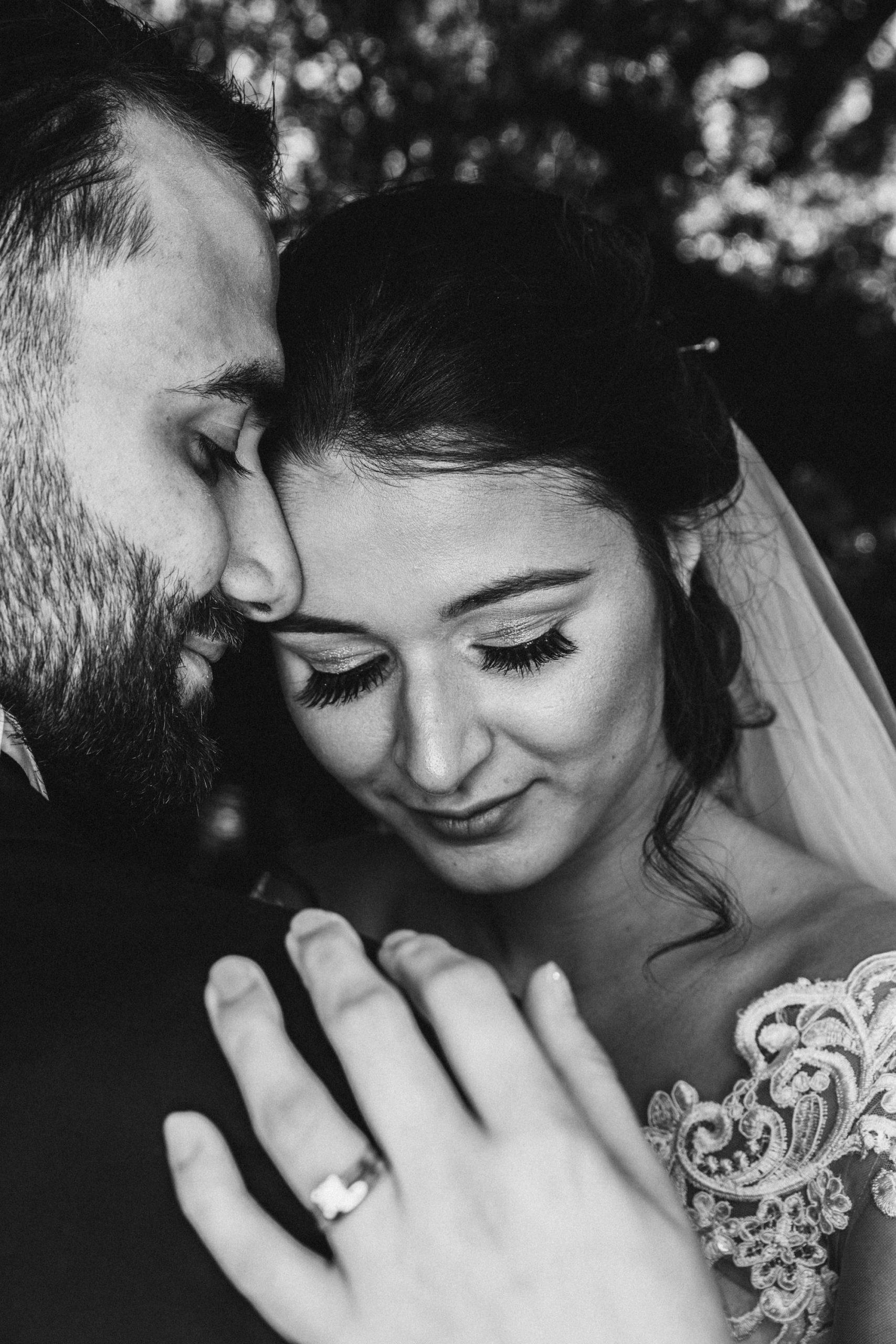 Hochzeitsbild eines türkischen Brautpaares Braut schaut verlegen herunter, das Paar tausch zärtlichkeiten aus, sehr schönes Posing