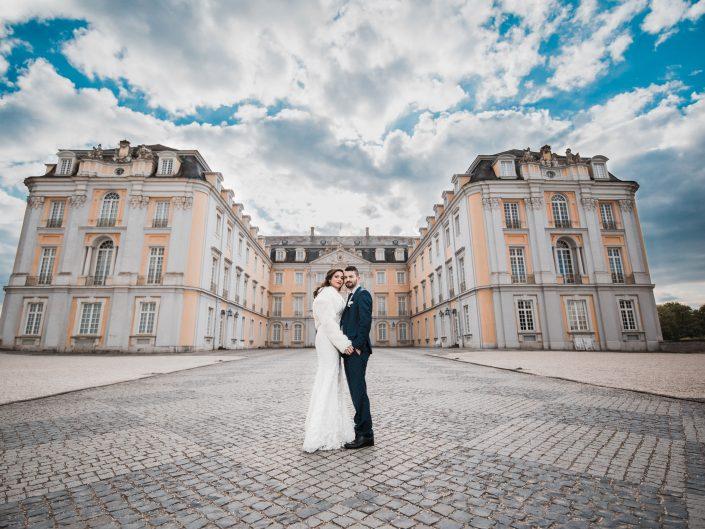 Hochzeitsbild eines Brautpaares vor dem Schloss Brühl