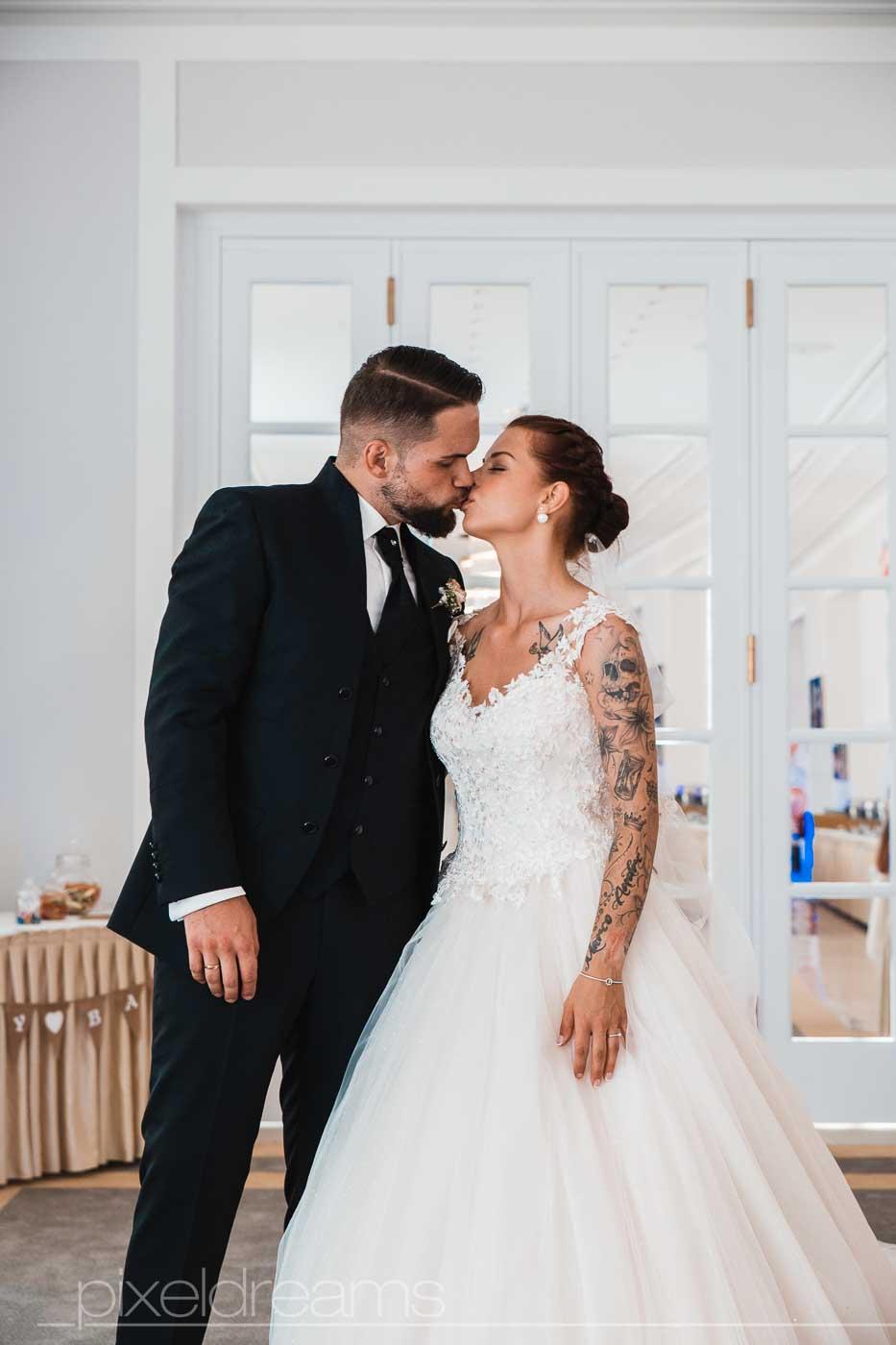 Hochzeitsfeier Steigenberger Grandhotel. Brautpaar küsst sich im Saal.