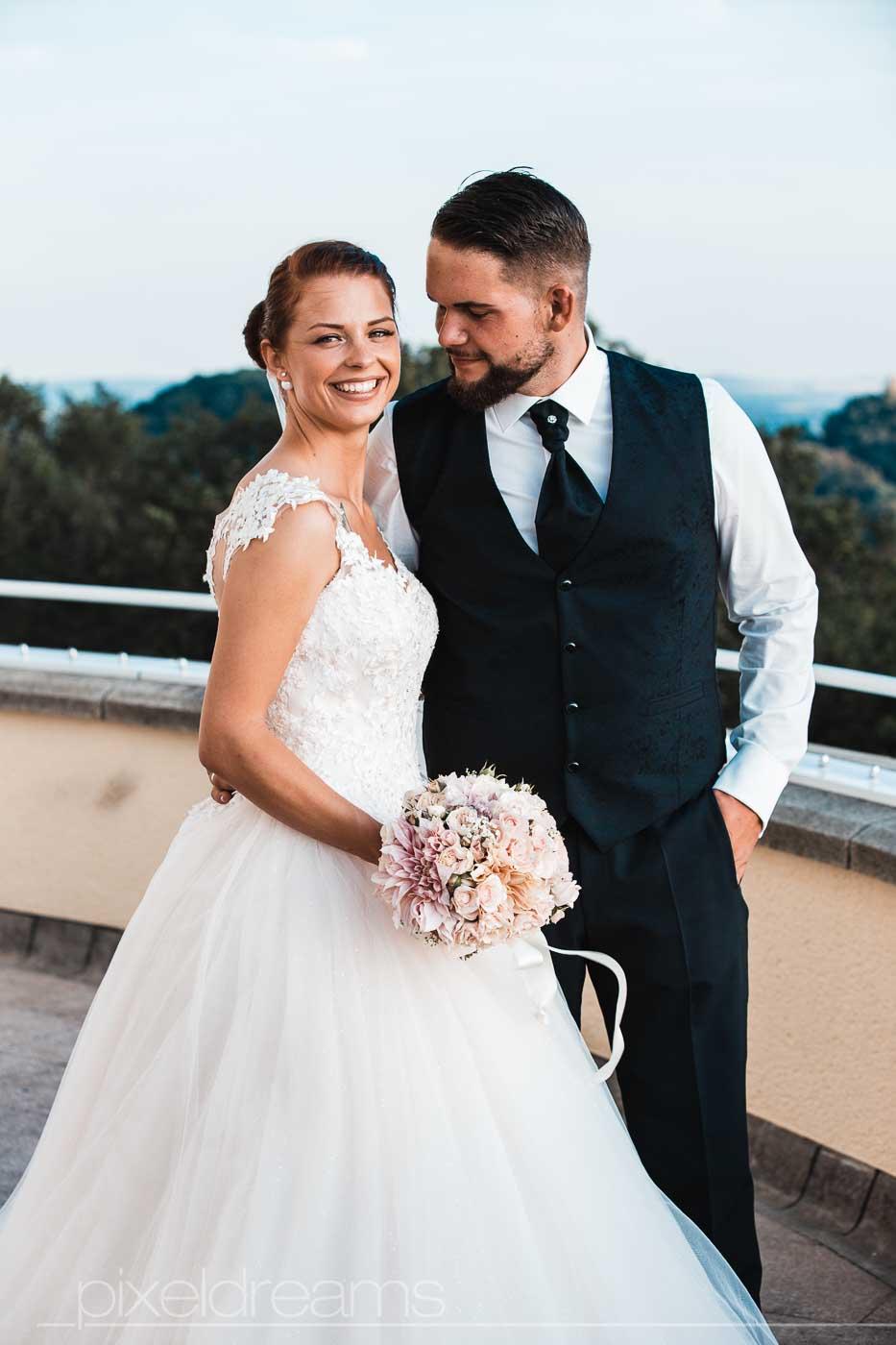 Steigenberger Grandhotel. Brautpaar posiert auf Terasse für Hochzeitsfotograf