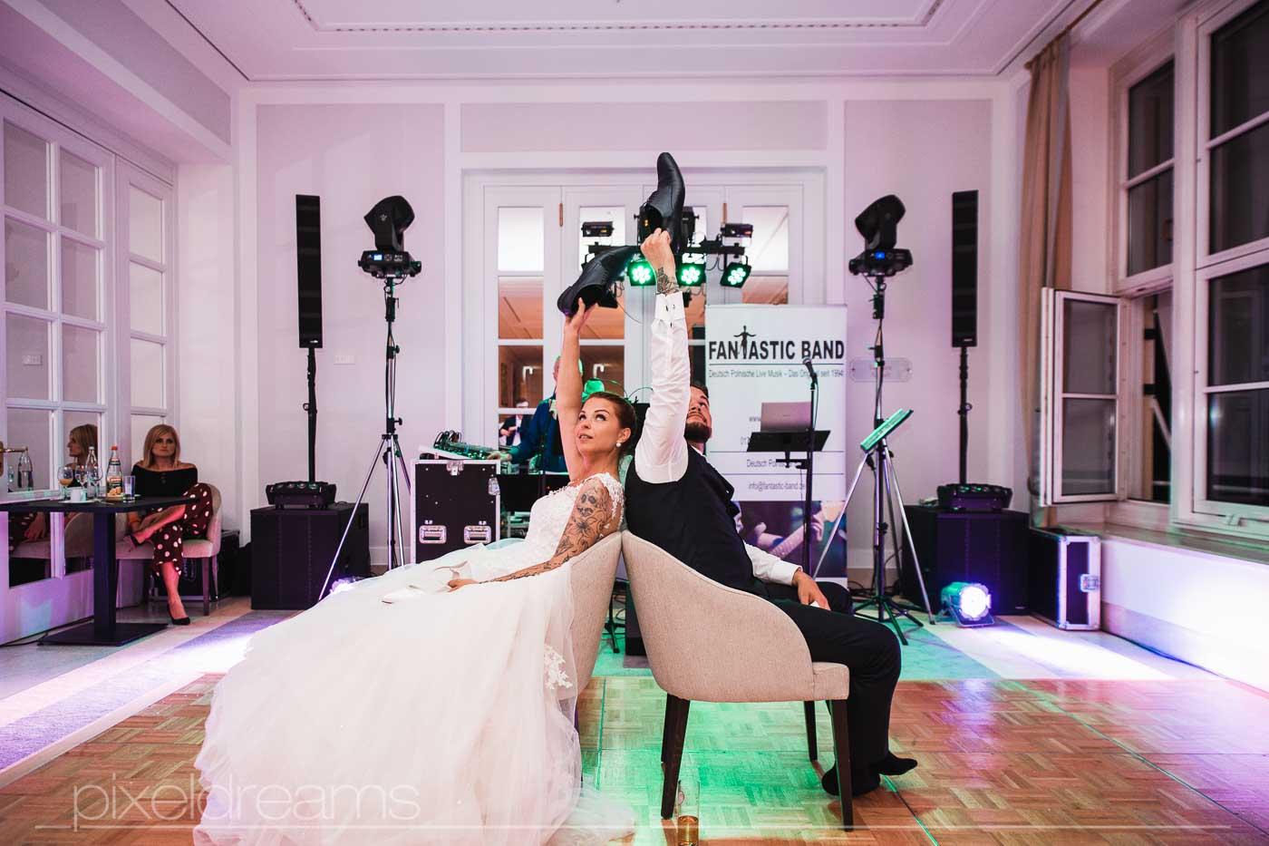 Hochzeitsspiel, Schuhe heben, der Ehetest, Polnische Band: Fantastic Band im Hintergrund.
