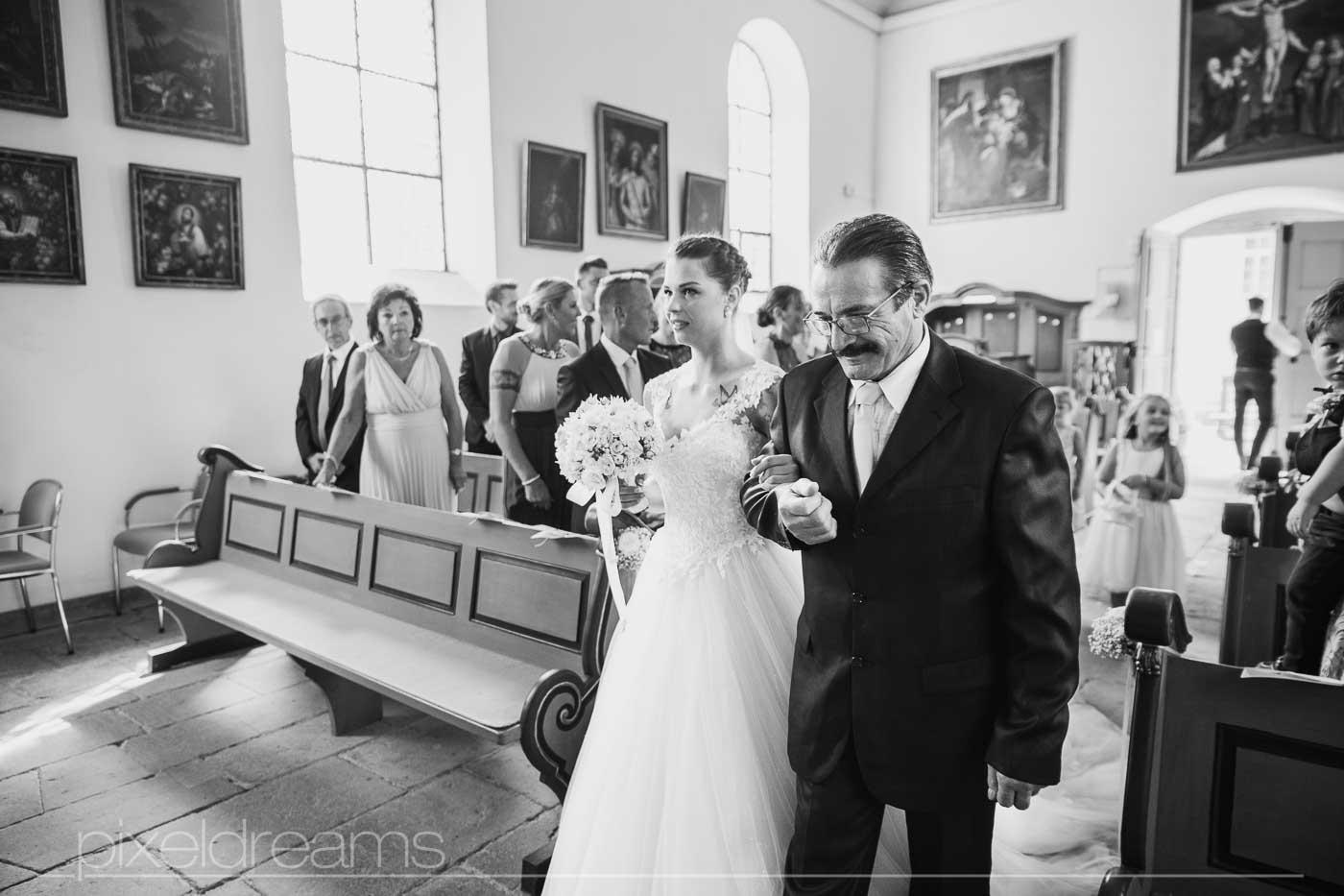 Brautvater führt die Braut zum Altar. Hochzeit in der Petersberg-Kapelle. Am Altar.