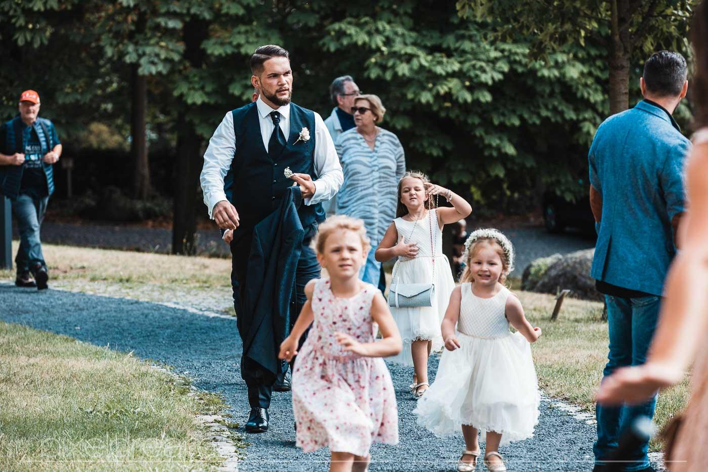 Bräutigam begibt sich zur Kapelle. Ein wichtiger Moment festgehalten vom Hochzeitsfotografen.
