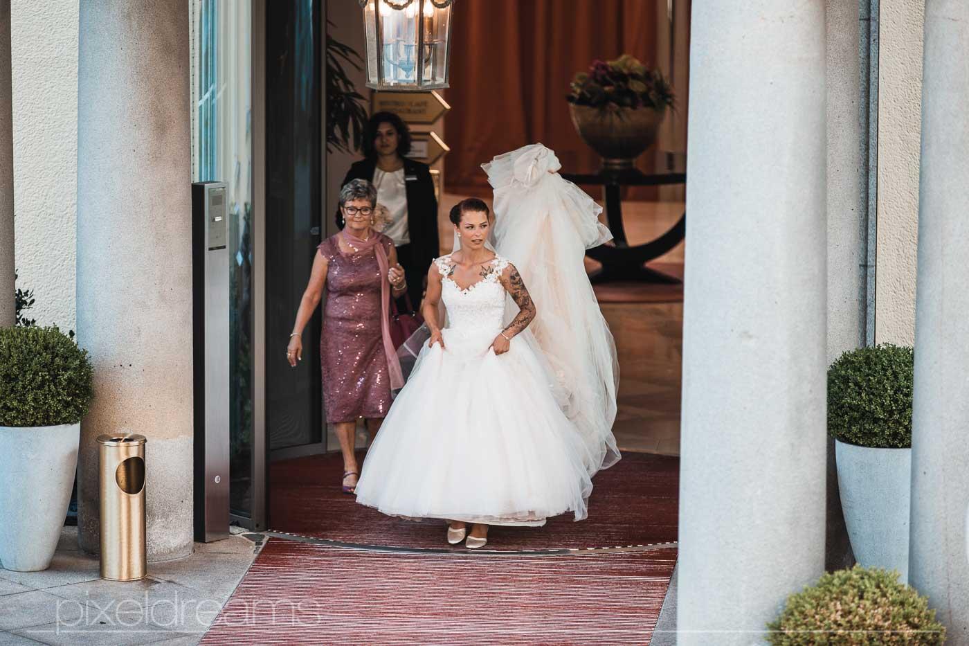 Braut verlässt das Ressort. Erster Antritt kurz vor der Trauung.