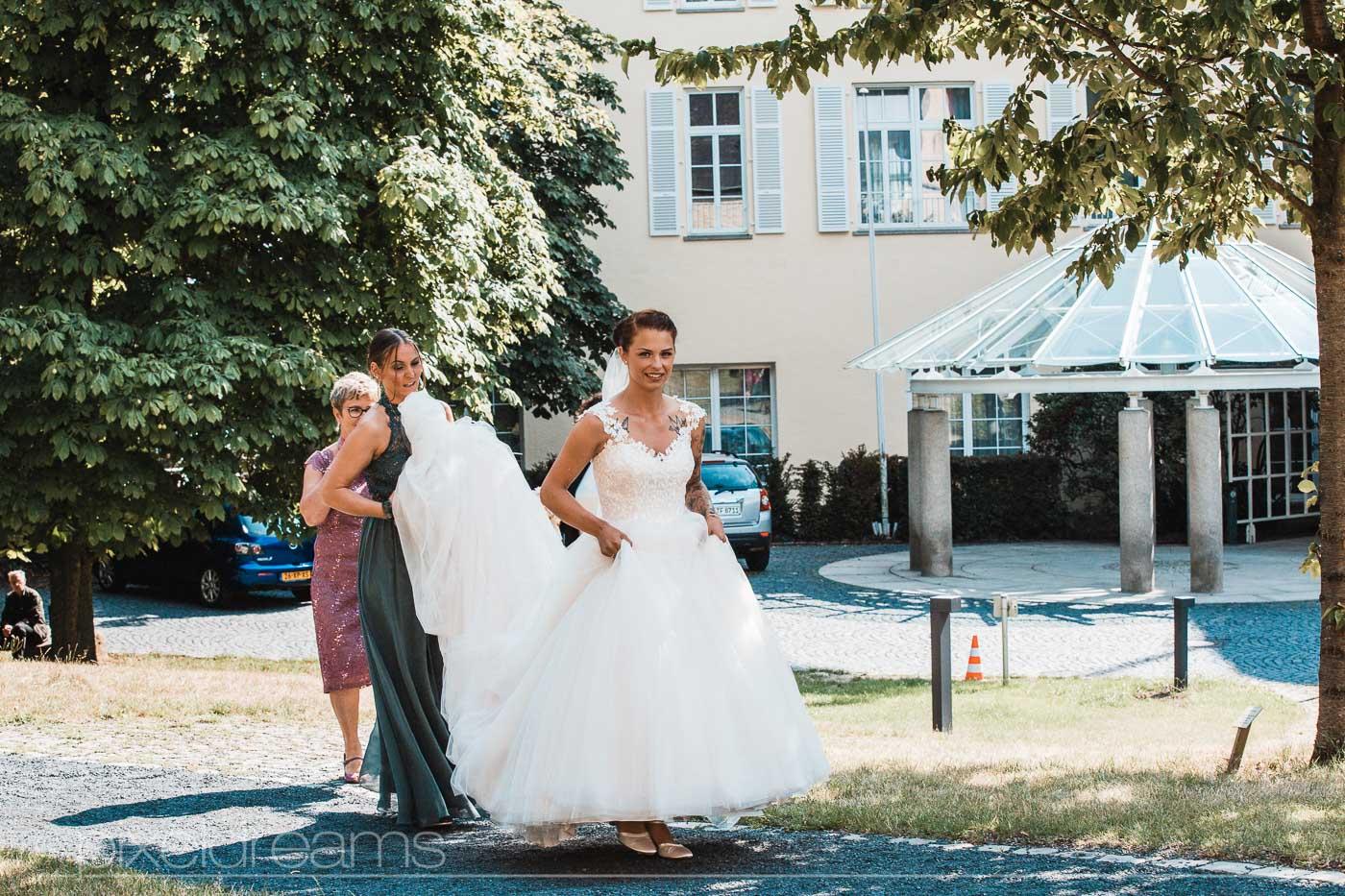 Kurz vor der Trauung, vor der Petersberg-Kapelle. Braut begibt sich zur Kapelle. Hochzeitsfotograf hält diese Situation fest.