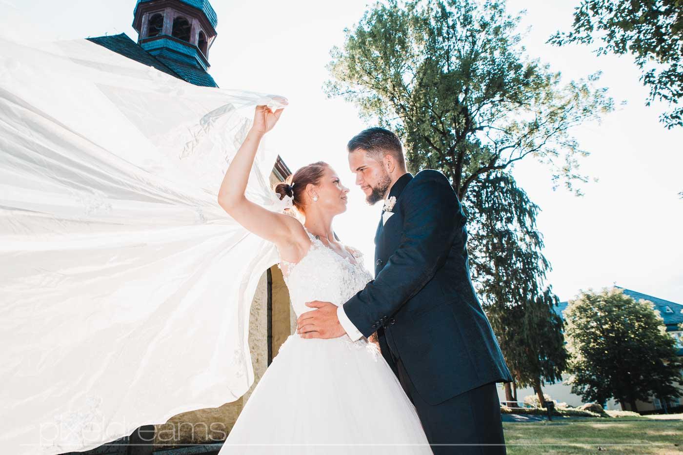 Petersberg-Kapelle. Hochzeitsfoto vom Brautpaar.